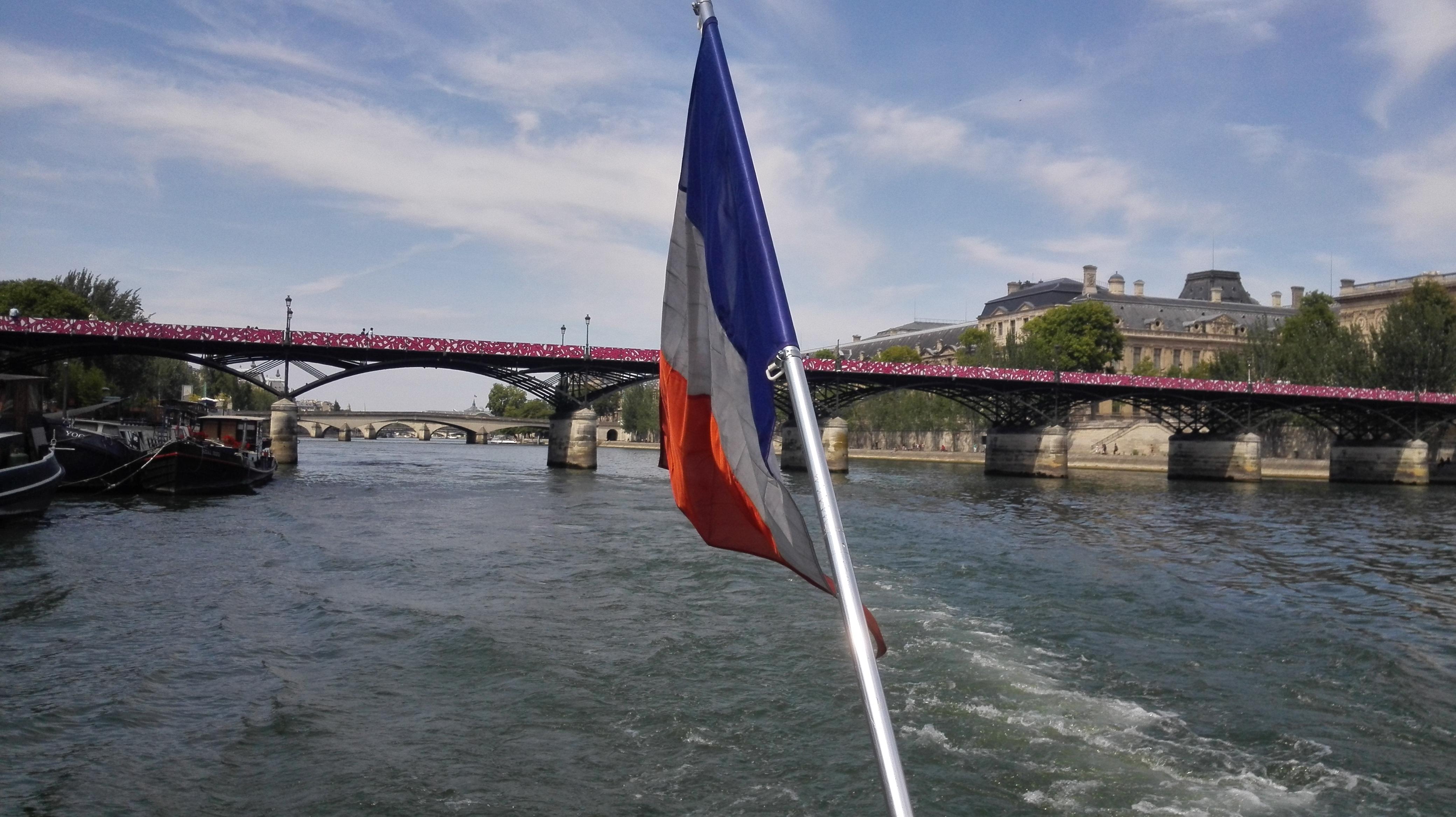 De ce Paris la fiecare inceput de luna?